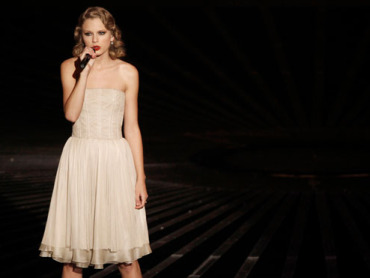 Swift performs new song